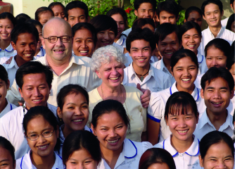 Christian et Marie-France entourés d'enfants