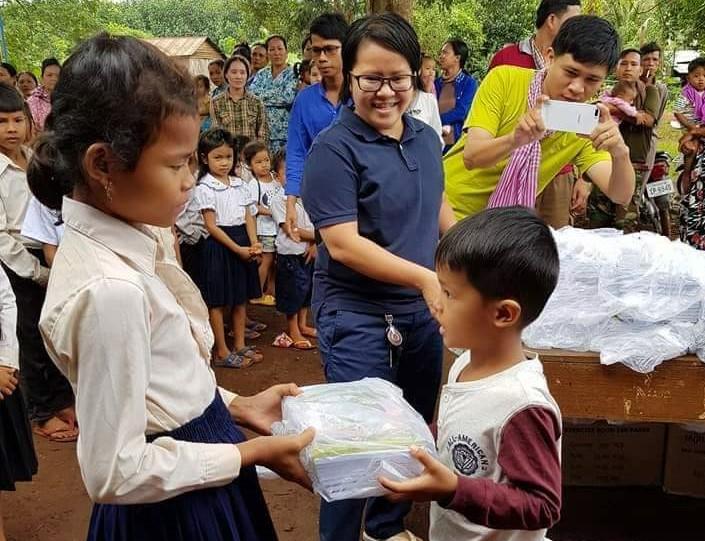 Leakhéna distribue du matériel scolaire aux enfants pris en charge par PSE