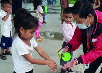 Une petite fille se lave les mains