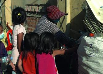 Une famille en train de trier les déchets pendant la crise du Covid-19