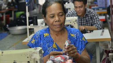 Une couturière en train de travailler à l'atelier couture de PSE