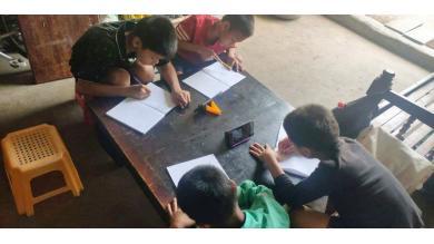 Quatre enfants étudient depuis chez eux grâce au smartphone prêté par PSE