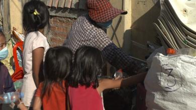 Une famille affectée par la crise du Covid-19 en train de trier des déchets