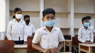 Un enfant aidé par PSE, heureux dans sa nouvelle salle de classe