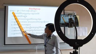 Un professeur donne un cours, filmé et retransmis en ligne