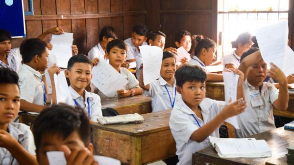 Des enfants de l'Ecole de rattrapage montrent fièrement leurs exercices