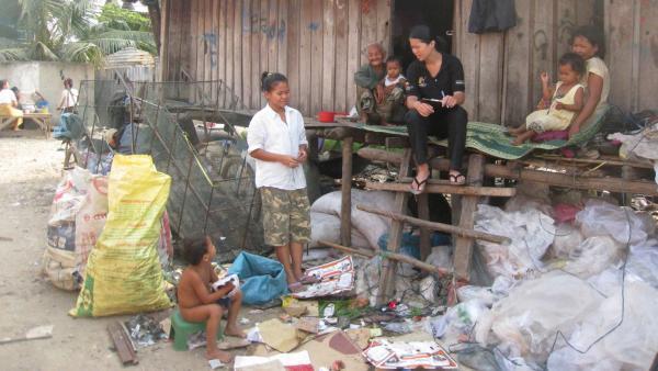 Sokunthea, assistante sociale, fait un bilan de la situation d'une famille