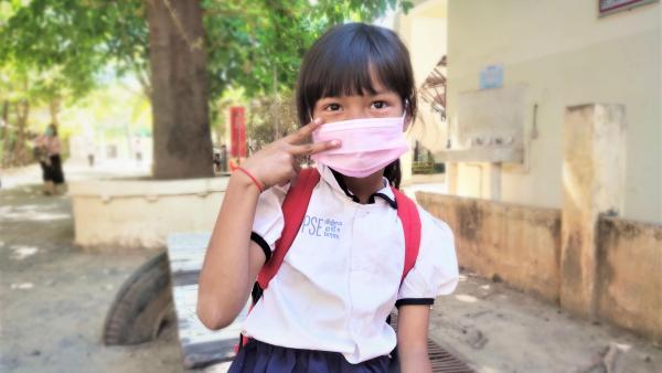 Une petite fille heureuse de reprendre l'école