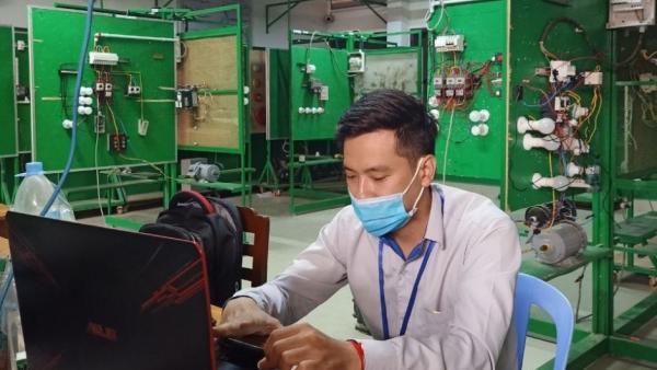 Un professeur de l'école de mécanique de PSE donne un cours en ligne