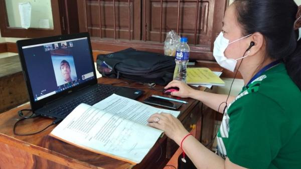 Une professeure de PSE donne un cours en ligne