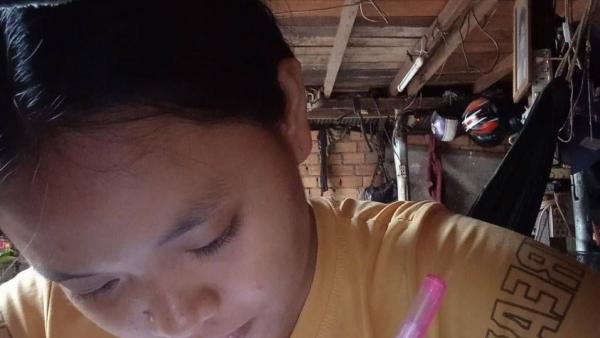 Une élève de PSE étudie depuis chez elle
