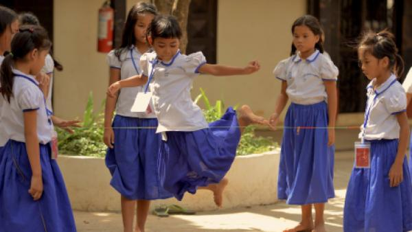 Fillettes en train de jouer dans notre école PSE de Phnom Penh