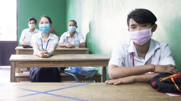 En classe, les élèves portent le masque et respectent la distanciation physique