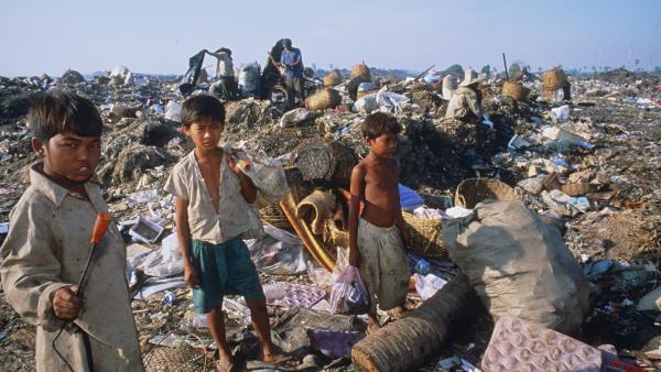 Des enfants en train de trier les déchets sur la décharge de Phnom Penh