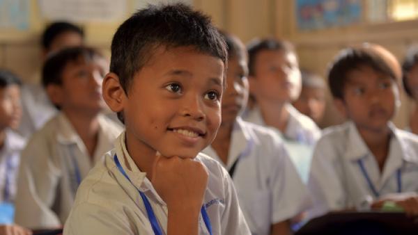 Garçon en classe dans notre école PSE de Phnom Penh