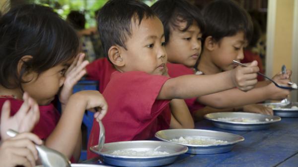 Des enfants des garderies de PSE mangent un repas équilibré et adapté à leurs besoins nutritionnels