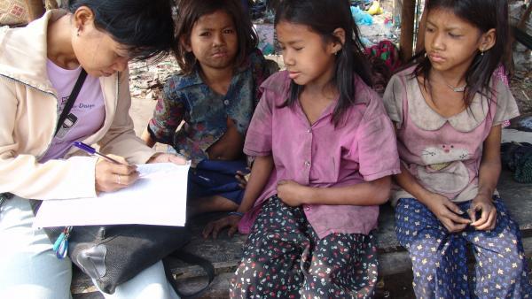 Un assistant social enquête sur la situation de trois petites filles