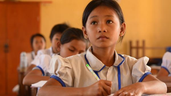 Une fillette pendant une leçon à l'Ecole de rattrapage
