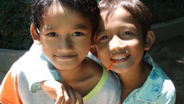Deux petits garçons pris en charge par le programme de protection de PSE