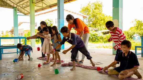 Jeu organisé par les moniteurs khmers et européens pour les enfants