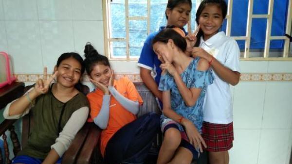 Karuna et d'autres jeunes pris en charge dans la famille d'accueil
