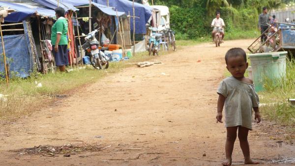 Un enfant dans un quartier pauvre de Phnom Penh