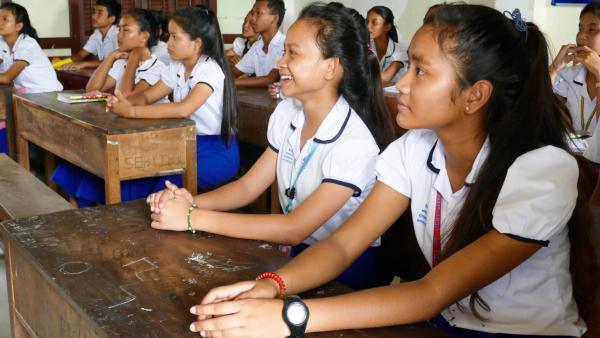 Deux jeunes filles en classe dans l'Ecole de rattrapage