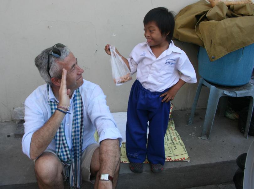 Emmanuel au Cambodge avec un garçon porteur de handicap de PSE