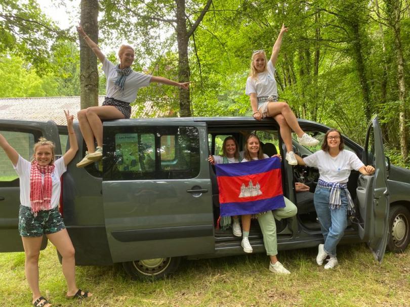 Les jeunes volontaires devant le van, prêtes à prendre la route