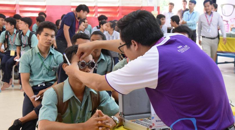 Un employé d'Essilor fait un examen des yeux d'un étudiant PSE
