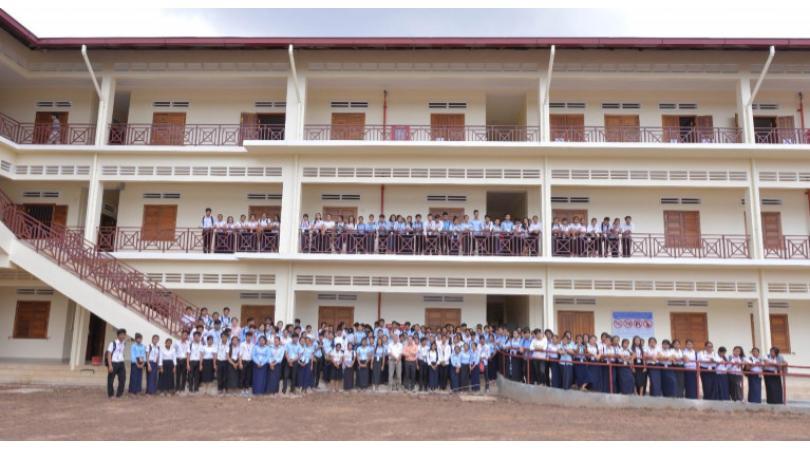 Tous les étudiants de l'Ecole de Gestion et Vente devant le nouveau bâtiment