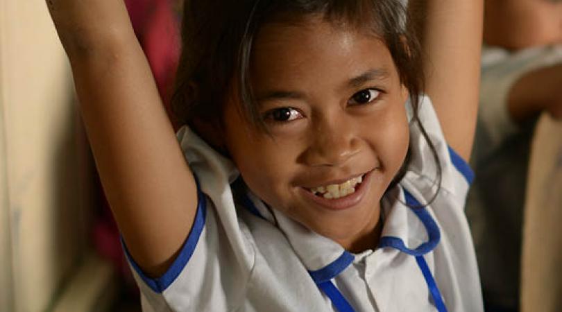 Une petite écolière en train de sourire