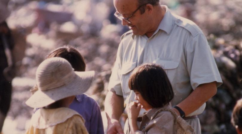 Christian des Pallières, fondateur de PSE, sur la décharge avec des enfants