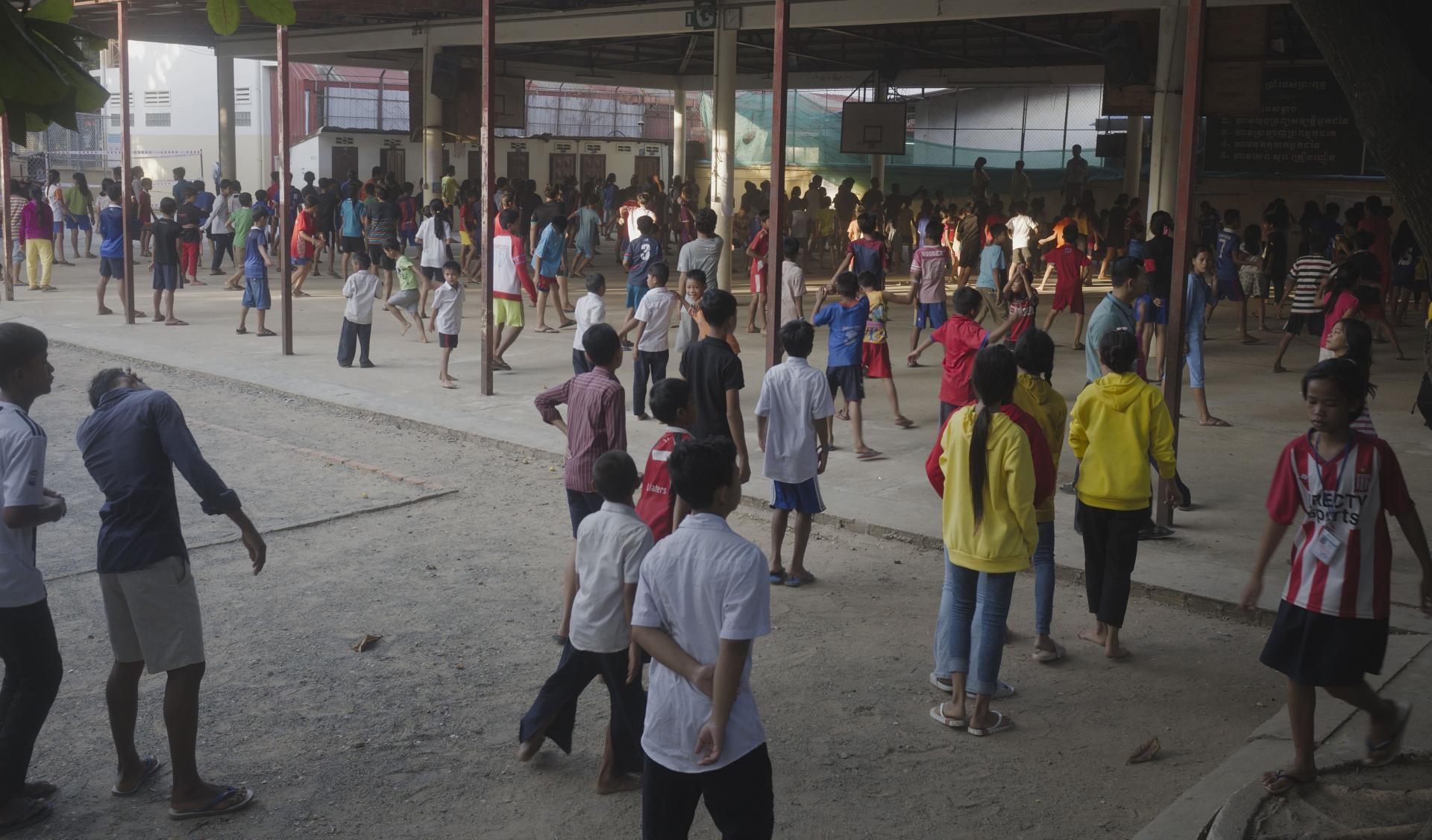 Le préau où se réunissent les enfants de l'internat pour le sport